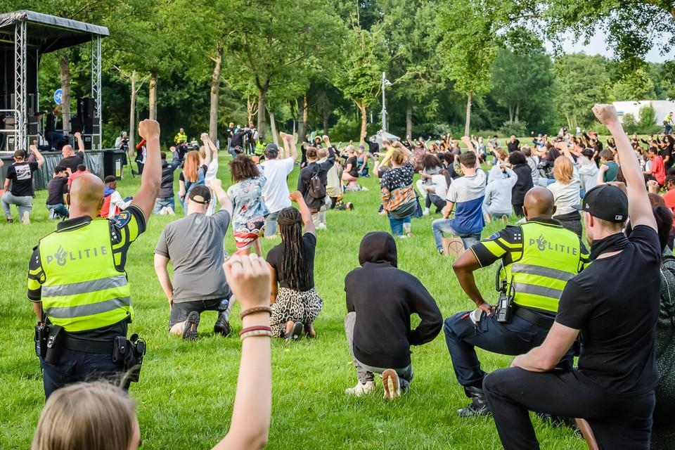 Purmerend maakte woensdag 17 juni een vuist tegen racisme. De gemeenteraad deed donderdagavond hetzelfde.