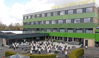 Docenten Tabor College d'Ampte verrast met hoody als dank voor inzet in coronaperiode