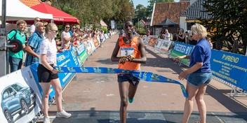 Kenianen Lilian Jelagat en Hillary Kipkoech winnen in hitte 33e editie Hemmeromloop