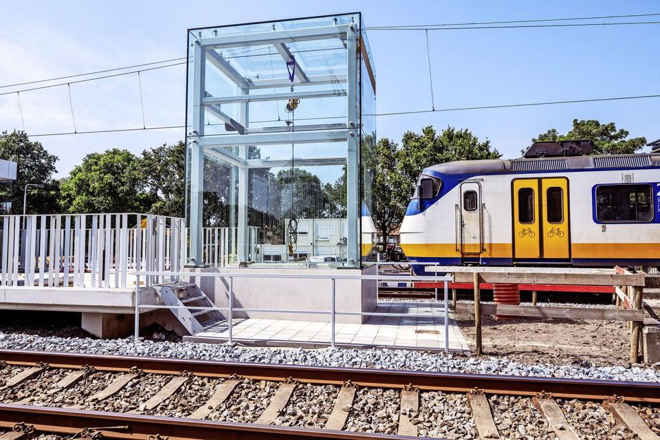 De eerste liftschacht van glas op station Driehuis is klaar.