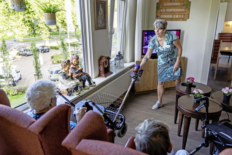 Annemieke Nijkamp maakt schoon bij een bewoonster.