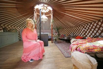 Een echte Mongoolse Yurt in de achtertuin; inmiddels denkt het gezin van Marian Kooij uit Schagen een stuk positiever over 'die indianentent'