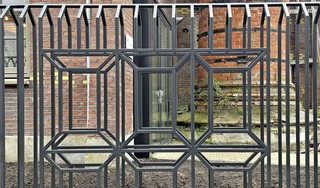Nieuw hek voor Bensdorpterrein in Bussum lijkt op chocoladerepen; dubbel en transparant frame zorgt voor optisch effect: 'Het beweegt als je er langs loopt'