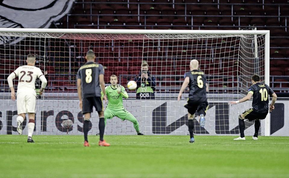 Keeper Pau Lopez keert penalty van Tadic.