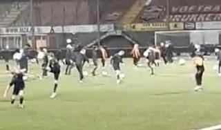 Jeugdvoetballers Volendam brengen ode aan overleden Maradona [video]