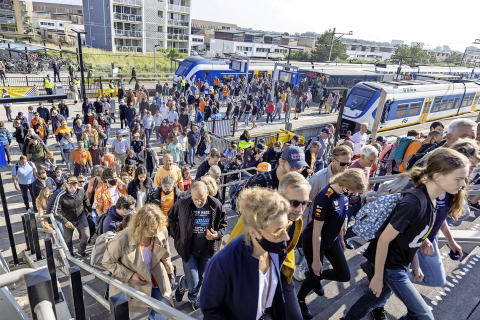 Bezoekers van de Grand Prix komen aan op treinstation Zandvoort.
