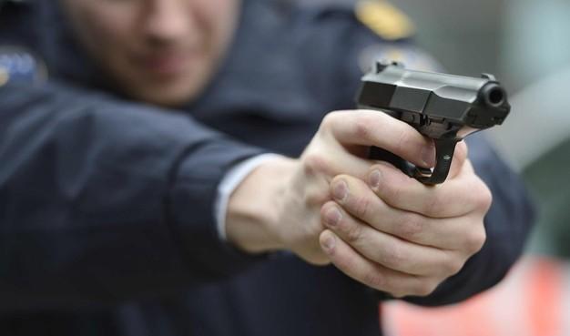 Politie houdt met getrokken wapens twee mannen (20) aan in Vondelstraat Alkmaar