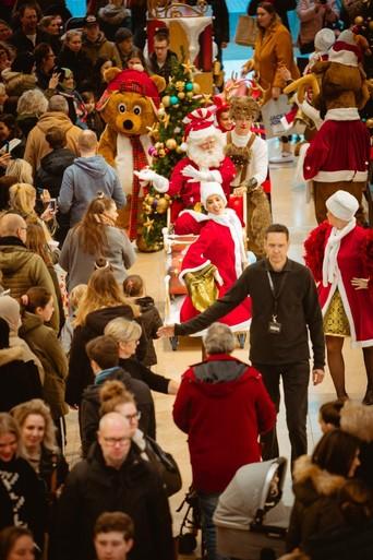 Kerstman in vrolijke optocht met dansende beren en rendieren brengt Hilvertshof in Disneysferen [video]