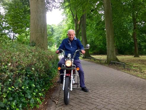 Onderweg: Alkmaarder Niek Bolweg (88) zou zijn leven best over willen doen. Maar dan wel precies zo als hij het gedaan heeft