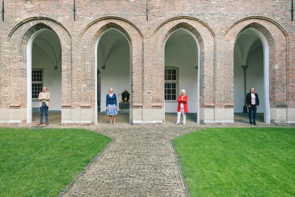 Jan Willem Dijckmeester, Henriette Henny, Clara Schölvinck en Annelous Wetzels vormen het bestuur van de Zorgdragende Commissie voor behoeftige Kraamvrouwen.