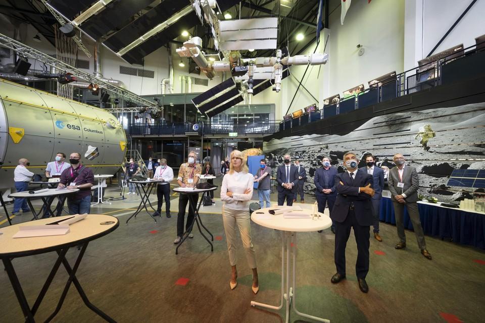 Mona Keijzer bij ruimtevaartcentrum Estec in Noordwijk. Als enige zonder mondkapje.