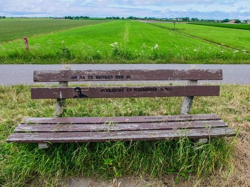 Wijze woorden op bankje van Joost Zwagerman op Omringdijk zijn weer te lezen, dankzij Westfriese Deurloupers