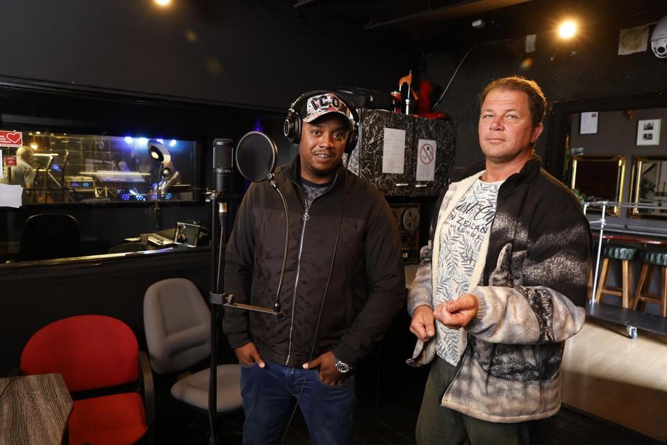 Rapper Downside 24 met eigenaar Frank van de Woord in Studio Bandstart.