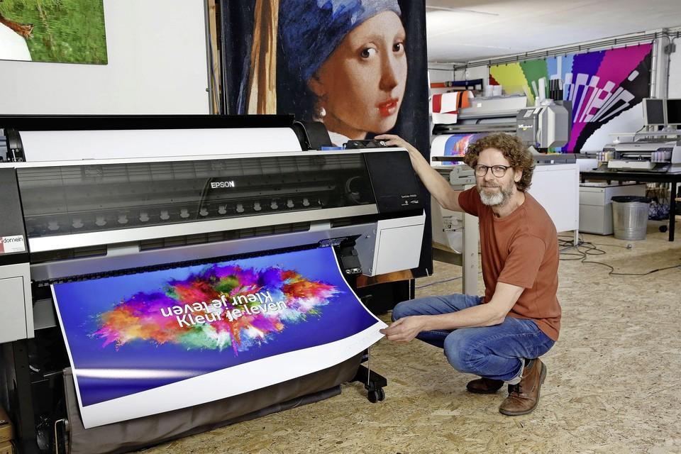Remco Bliekendaal bij een van zijn vier printers.