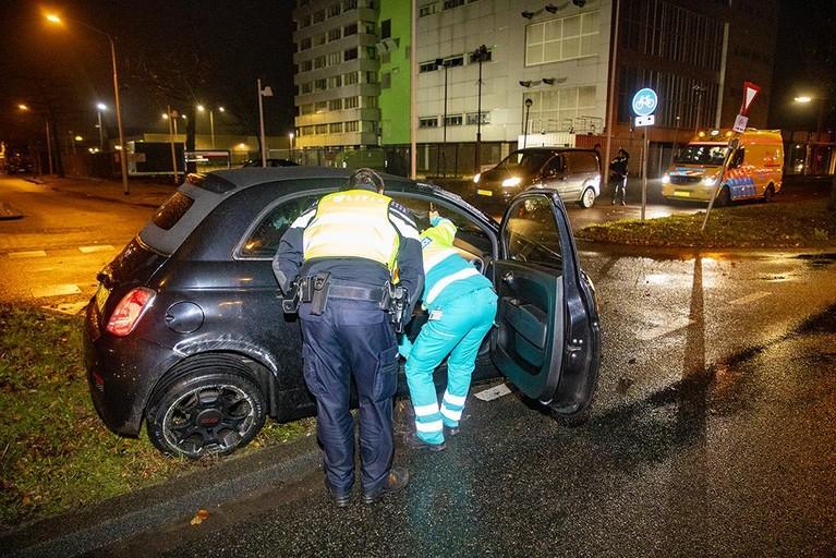 Automobiliste vliegt over kop in Haarlem, auto flink beschadigd