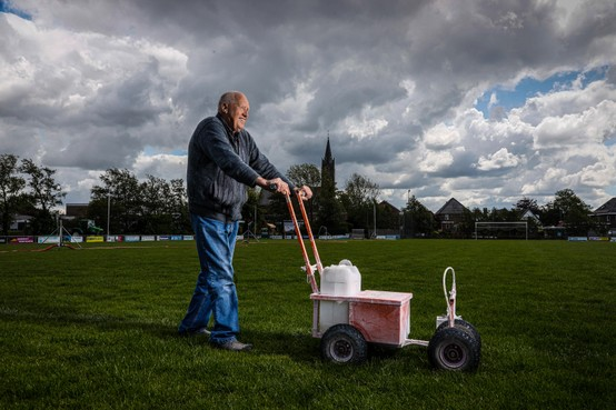 Terreinknecht en consul Cees Bijman stopt na 47 jaar bij voetbalclub Berkhout: 'Soms voelde ik me de boeman'