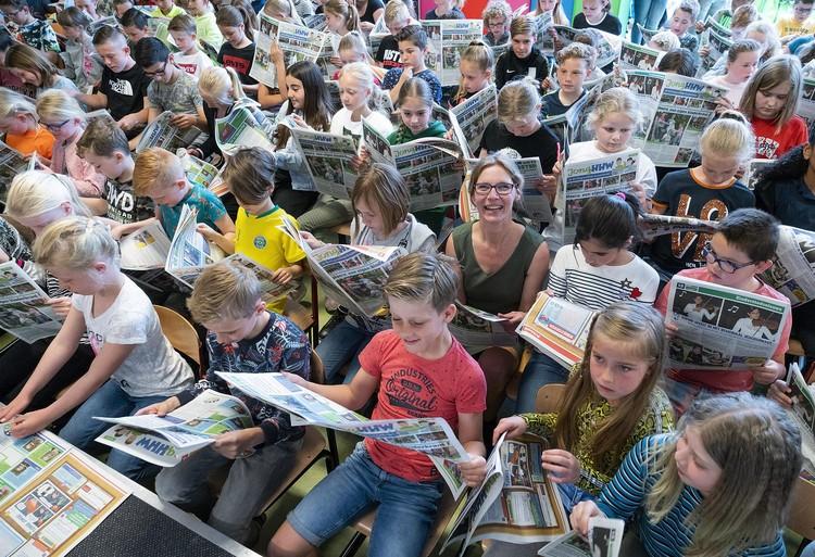 Oplage 4.000: juf Miranda presenteert de eerste krant voor kinderen in Heerhugowaard [video]