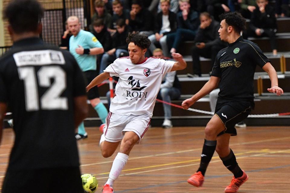 Yassine Zakir scoort de 2-1 voor White Stones tegen Groene Ster Vlissingen.