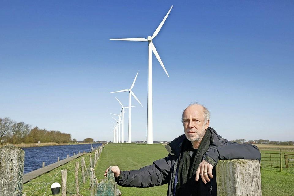 Frank Niele van Natuurlijk Krabbendam bij windmolens langs het Noordhollands Kanaal in de Zijpe.