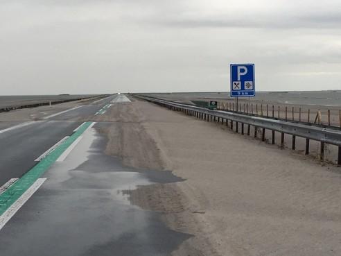Houtribdijk afgesloten door overlast van zand en regen
