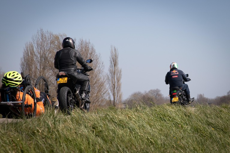 Dijk tussen Hoorn en Enkhuizen paasweekeinde dicht voor motoren omdat ze voetgangers en fietsers te dicht op elkaar drijven