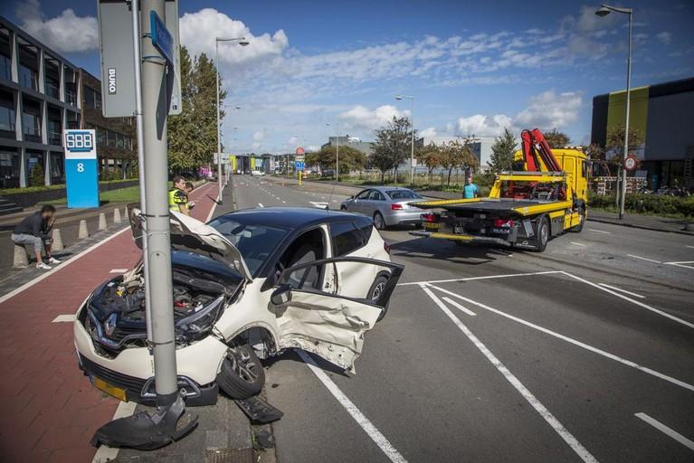 Harde botsing in Beverwijk, brandweer haalt beknelde bestuurder uit auto