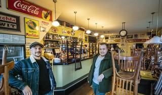 Haarlemse horecavrienden nemen failliet eetcafé Het Wachtlokaal over. 'Een soort kopen zonder kijken'