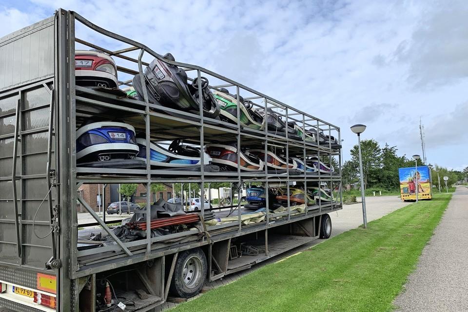 De gehavende aanhangwagen met beschadigde botsauto's staat geparkeerd bij Kindcentrum De Hoge Ven langs de Doorbraak in Warmenhuizen. Vrijdag haalt de exploitant vervangende botswagens op.