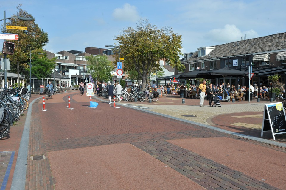 De knip in de Dorpsstraat-Verlegde Overtoom heeft er niet lang gezeten. De paaltjes zijn inmiddels weggehaald.