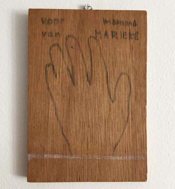 De geschilderde handomtrek voor mama van Marieke, hangt nu in de praktijk.