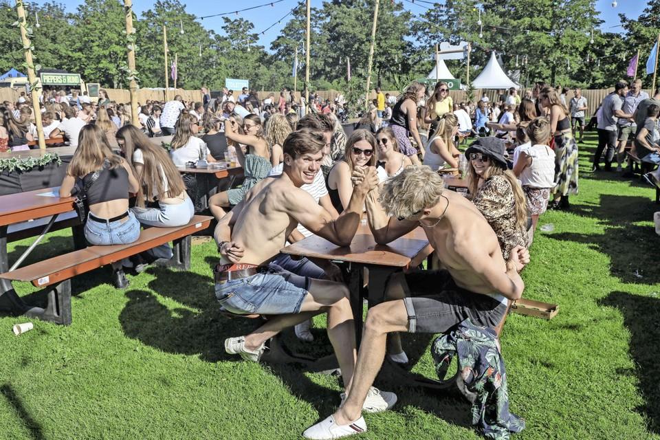Armpje drukken tijdens festival Hoognodig in Hoogwoud.