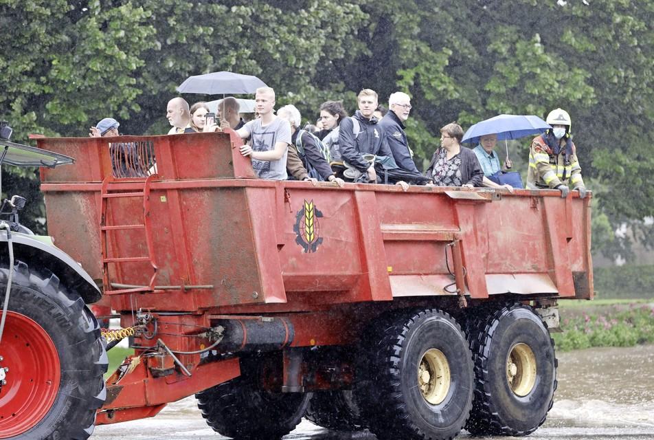 De brandweer helpt met de evacuatie van mensen uit hun woningen in Zuid-Limburg.