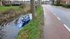 Automobilist trapt vol op rem in Oosterblokker, slipt en belandt in het water