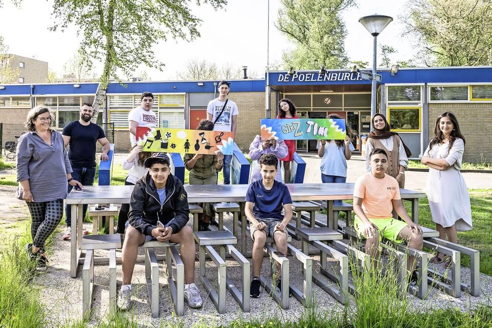 In juni was wethouder Songul Mutluer van gemeente Zaanstad in Zaandam om kinderen die hulp krijgen bij de Jongerenwinkel van het Sociaal Wijkteam te spreken. Verschillende meiden en medewerkers van Girlzz waren ook aanwezig. Jacintha Bannenberg helemaal links.