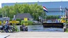 Tussen Buitenkaag en Kaag vaart een tweede pont met goederen voor scheepswerf Van Lent