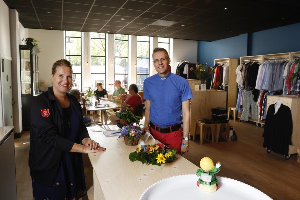 """Mariska de Koning (links) en Wielie Elhorst in de volledig verbouwde ontmoetingsruimte van de Wilhelminakerk. ,,We willen een omgeving creëren waar iedereen zichzelf kan zijn en gezien wordt."""""""