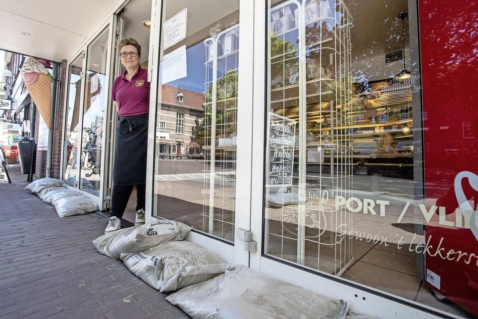 Bakker Port/Vlies aan de Bloemendaalseweg in Overveen heeft altijd zandzakken voor de deur liggen om te voorkomen dat regenwater de winkel instroomt.