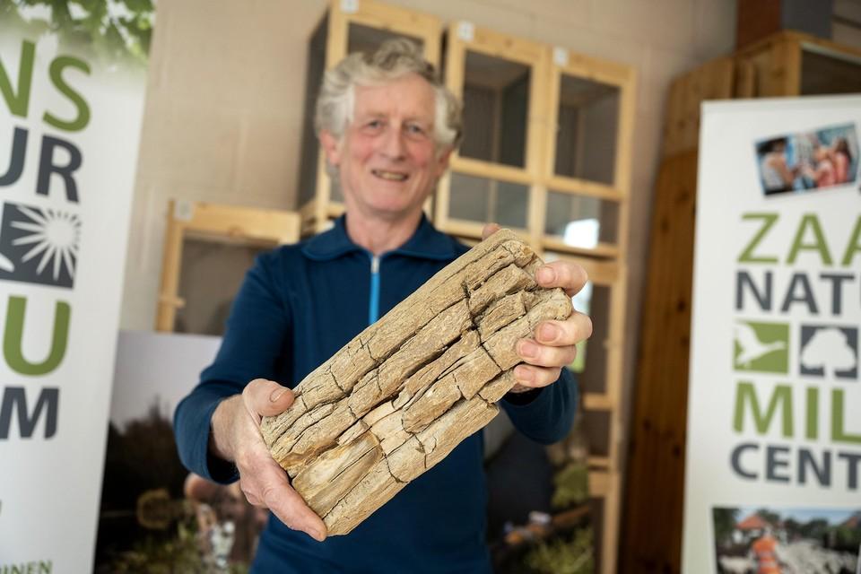 Erwin Kaspers van Amathysta snijdt de stammetjes in plakken. Kinderen kunnen die zondag schuren en polijsten.