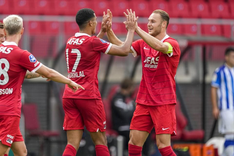 Zakaria Aboukhlal viert het eerste doelpunt onder het nieuwe stadiondak met Teun Koopmeiners.