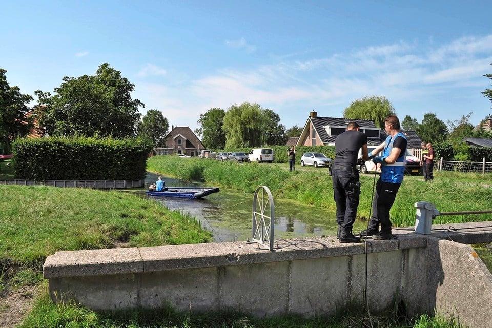 Politie doet onderzoek op de plaats delict in Nibbixwoud.