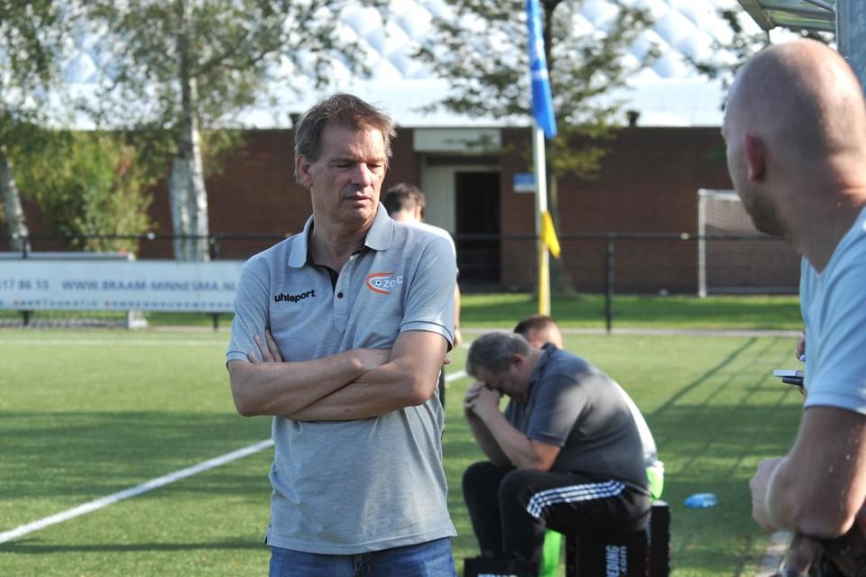 ZCFC-trainer Willem Zeijlmans kijkt moedeloos naar de kant, nadat zijn ploeg op een 0-4 achterstand is gekomen.