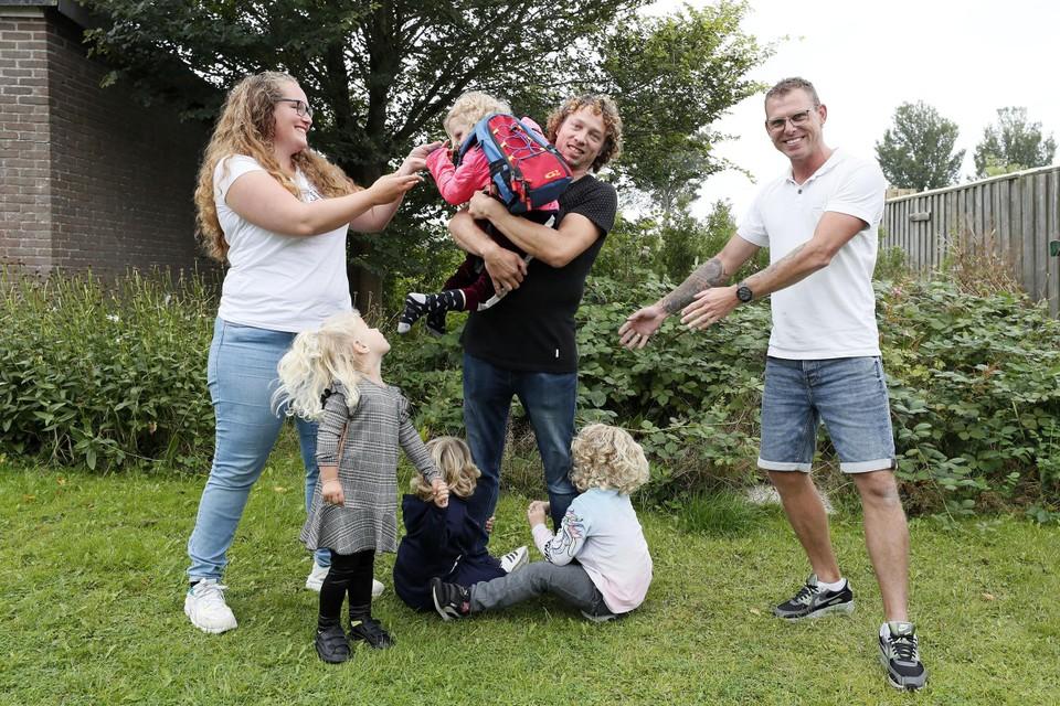 Marcha (r) en Jeffrey Behrens (l) met linksvoor hun dochter Nola. In het midden Roger met drie van zijn kinderen.