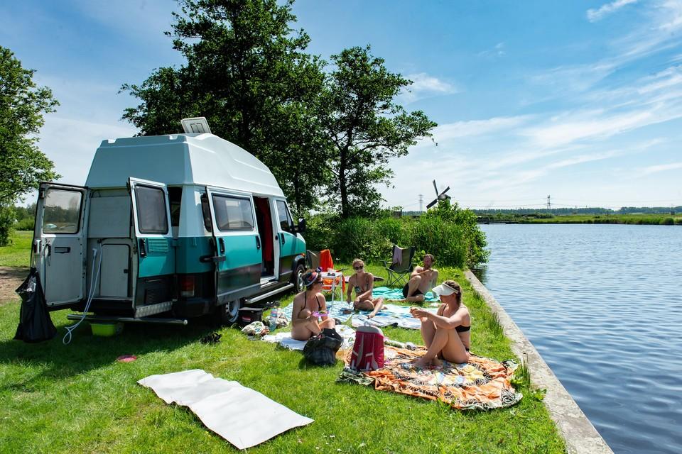 René, Monique, Sarina en Nadine kamperen in eigen land met Hemelvaart in het Twiske.