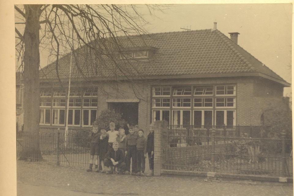 De school, gefotografeerd op 31 maart 1946.