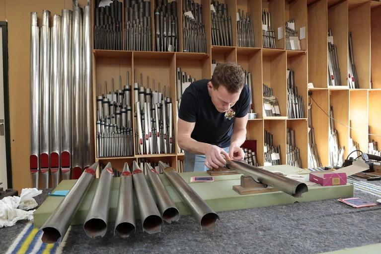 Vier generaties orgelbouwen in Soest; 'Elke verbinding van toets naar orgelpijp moet kloppen, een lastige puzzel in mooie jas'