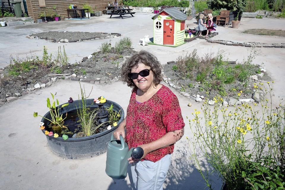 Initiatiefneemster Heleen Nederlof bij het buurtterras op het Kenau Kavel.