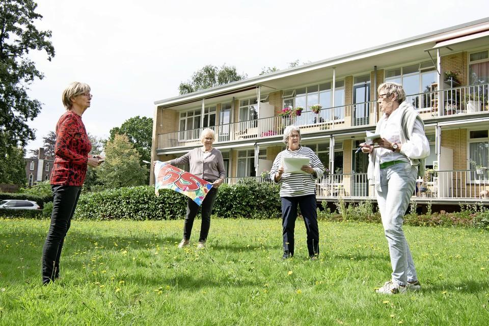 Vier leden van de feestcommissie, links Mirjam Hanse, in de tuin waar de viering plaatsvindt.