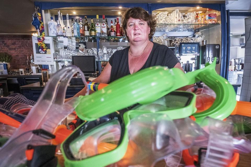 Caroline Glorie is niet blij met het incident. Duikbrillen op de bar herinneren aan het optreden van Mart Hoogkamer.