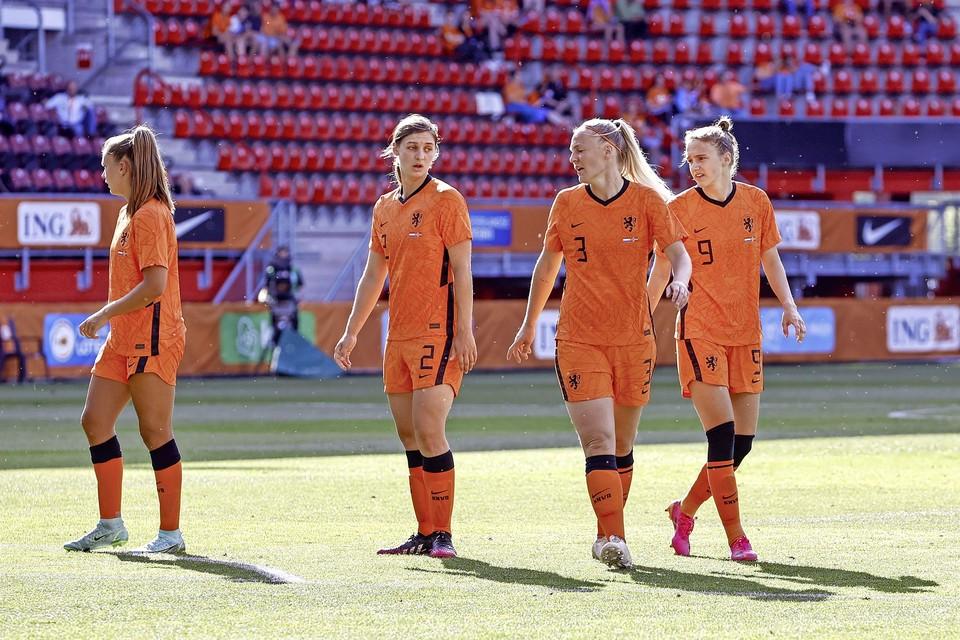 Lieke Martens, Aniek Nouwen, Stefanie van der Gragt en Vivianne Miedema (vlnr) tijdens de vriendschappelijke interland tussen Nederland en Noorwegen in Stadion De Grolsch Veste.