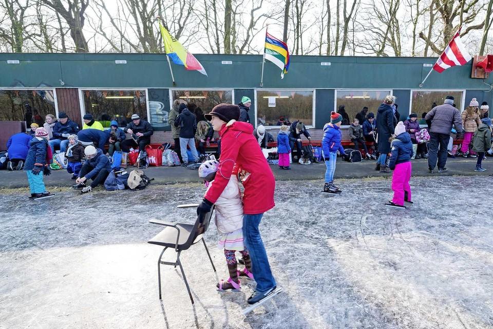 Gezellige drukte op de ijsbaan in het Heilooërbos, bijna drie jaar geleden. Dit jaar zal het anders gaan: anderhalve meter afstand, en de kantine blijft dicht.